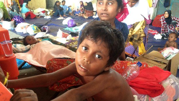 Rohingya mother and child wait for water and food supply