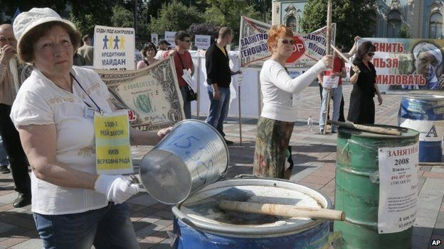 Protesters in Kiev drum on empty barrels, demanding government help to pay off crushing bank foreign currency loans created as a result of the rapid depreciation of the national currency. Photo: 21 May 2015