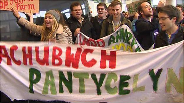 Stiwdants yn protestio