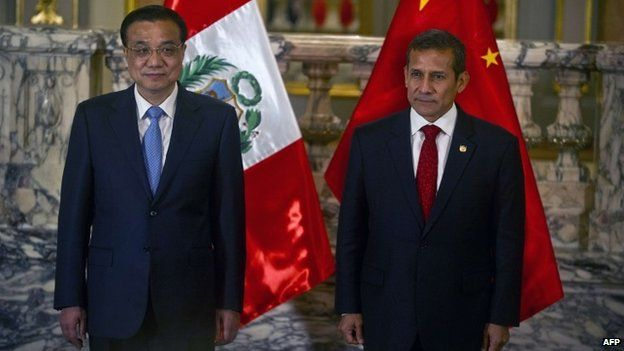 China's Prime Minister Li Keqiang (L) and Peruvian President Ollanta Humala are pictured during a ceremony at the presidential palace in Lima on May 22, 2015