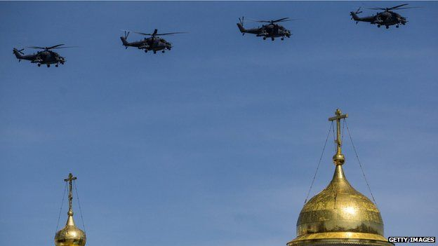 Military aircraft participate in a flyby during the final rehearsal ahead of celebrations to mark the 70th anniversary of the end of World War II in Moscow (7 May 2015)