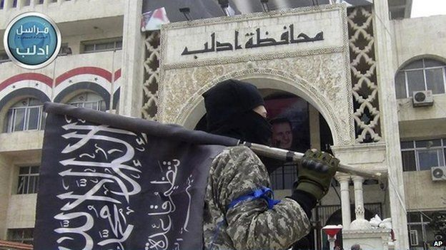 Al-Nusra Front fighter in front of the provincial government headquarters in Idlib (28 March 2015)
