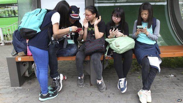 South Korean children with phones