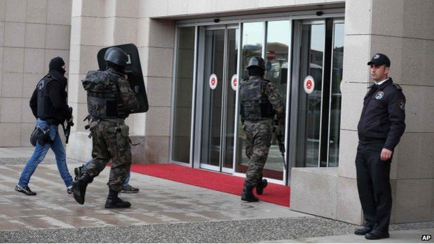 Turkish security forces enter court building in Istanbul (31 March)
