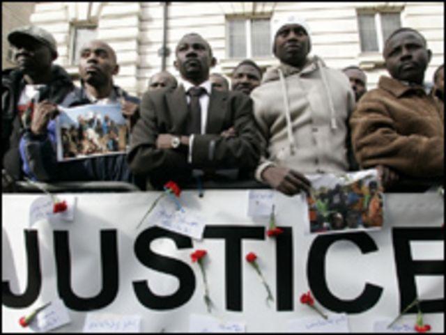 اعضای جامعه دارفوری در مقابل سفارت سودان در لندن به یاد قربانیان، یک دقیقه سکوت کردند.