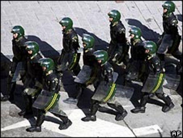 Cảnh sát TQ đi tuần tại Tứ Xuyên