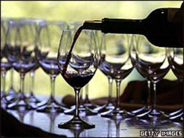 Botella y copas de vino