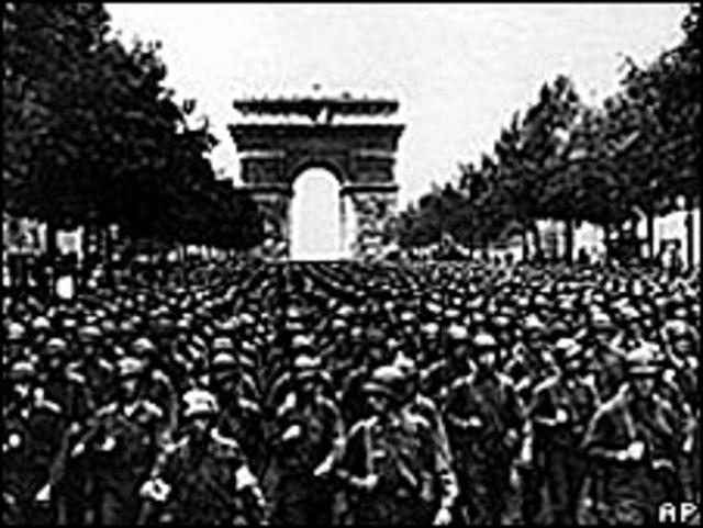 Soldados estadounidenses desfilando en los Campos Elíseos, 29 de agosto de 1944