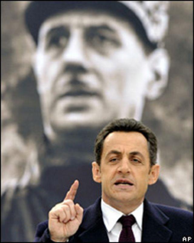 El presidente francés, Nicolas Sarkozy, frente a la imagen de Charles de Gaulle