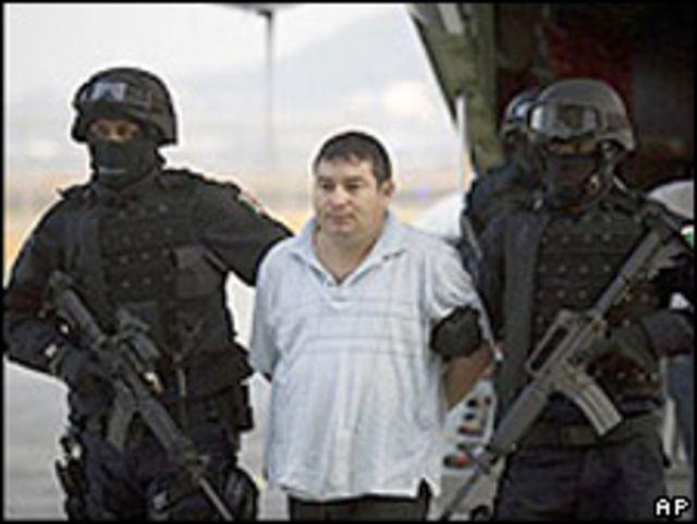 Martín Serrano, agente de la policía estatal de Sinaloa, al ser detenido