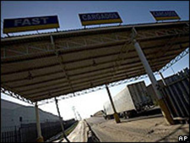 Camión mexicano cruza desde Tijuana, México, hacia Estados Unidos