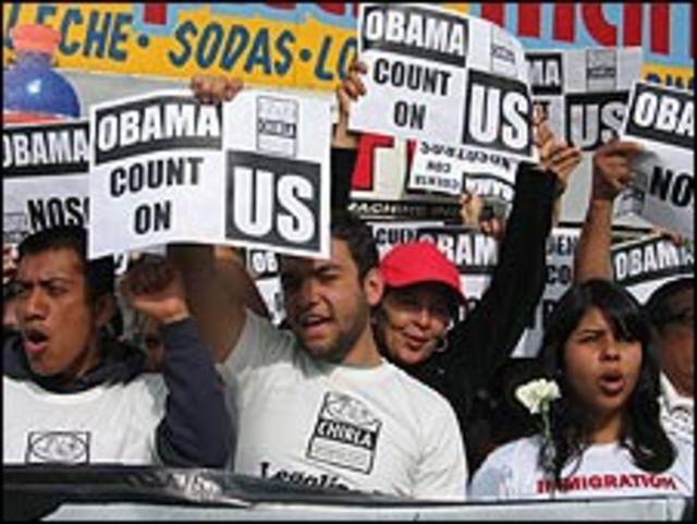 Manifestantes latinos expresan su apoyo a Barack Obama en Los Ángeles