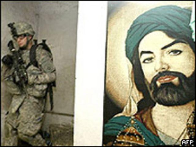 Imagen del imán chiita Ruda, enterrado en Irán, cerca de soldado de EE.UU.