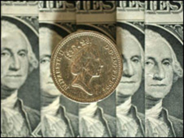 Billetes de dólares con una moneda de una libra
