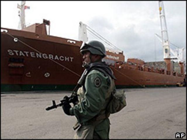 Soldado vigila barco en Puerto Cabello, Venezuela