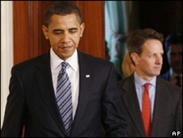 Presidente de EE.UU. Barack Obama, seguido por el secretario del Tesoro, Timothy Geithner