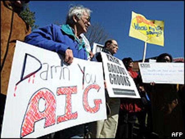 Manifestantes frente a las oficinas de AIG en Connecticut