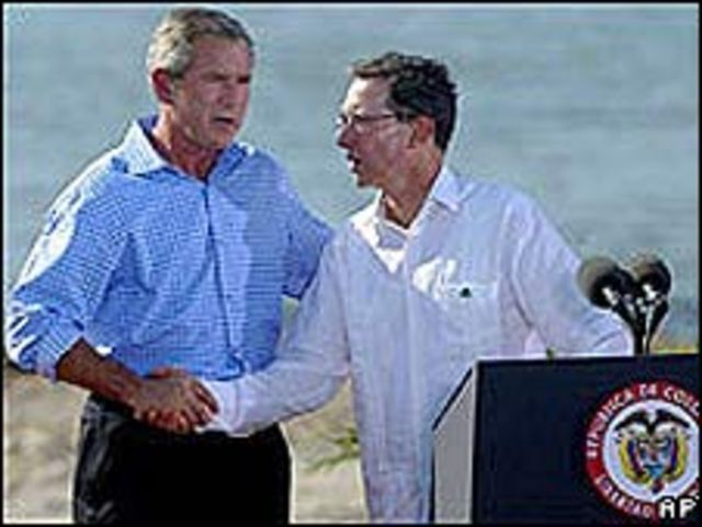George W. Bush y Álvaro Uribe