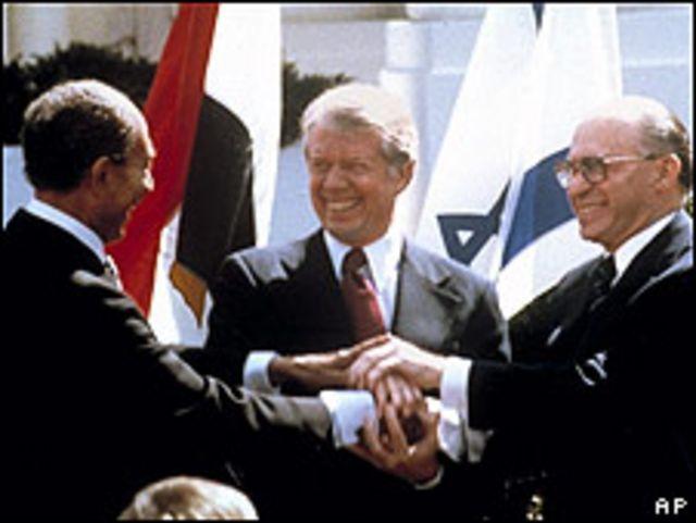 De izquierda a derecha,  el presidente de Egipto, Anwar Sadat, de EE.UU. Jimmy Carter y el premier israelí Menachem Begin