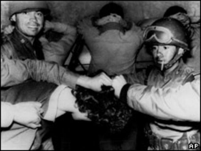 Policía detiene a estudiante en la Plaza de las Tres Culturas en 1968