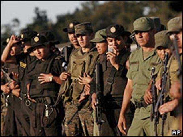 Soldados y policías guatemaltecos en una base aérea de Guatemala el 7 de marzo.