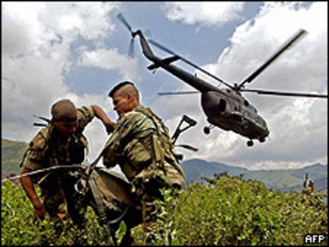 Soldados colombianos combatiendo a las FARC