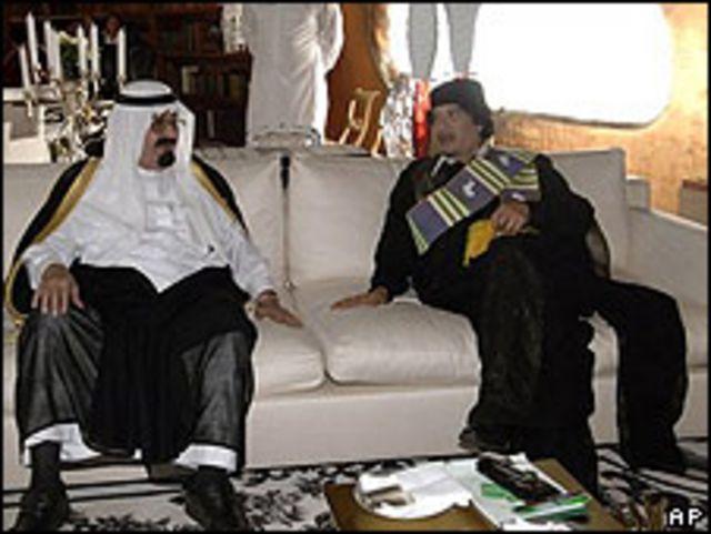 Rey Abdalá y Muamar al Gadafi