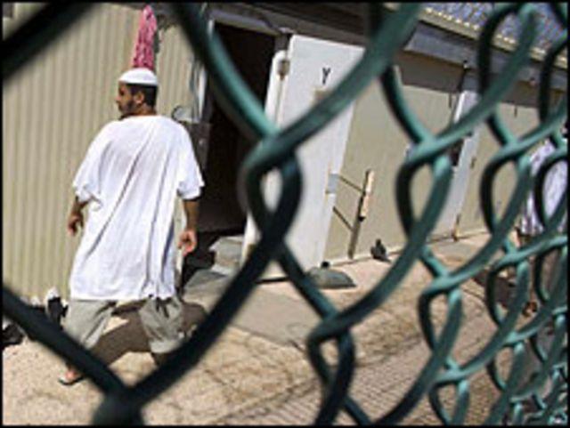 Imagen emitida por el ejército de EE.UU. en la que se ve un detenido en el campo de detención número 4 de Guantánamo.  Foto de archivo: Nov. 2008