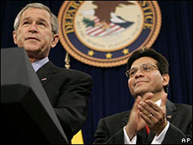 George W. Bush (izq.) y Alberto Gonzáles