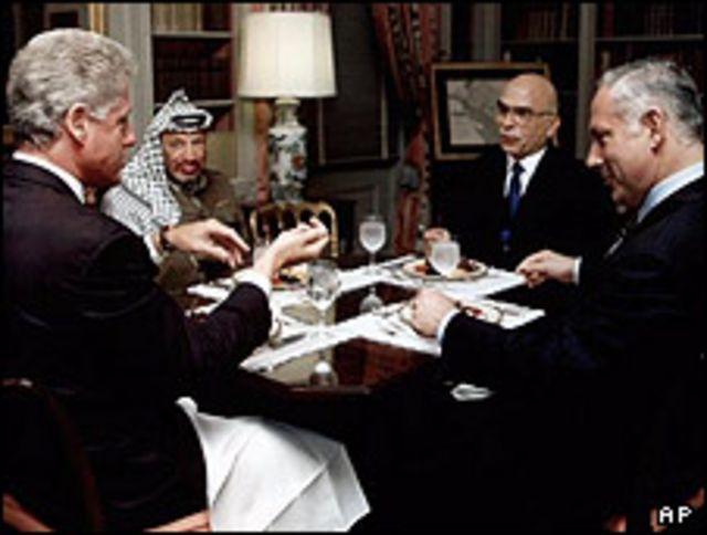 همراه با بیل کلینتون، ملک حسین و یاسر عرفات در جربان نشست صلح خاورمیانه در واشنگتن