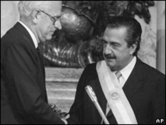 Ex presidente Alfonsín asume la presidencia en 1983.