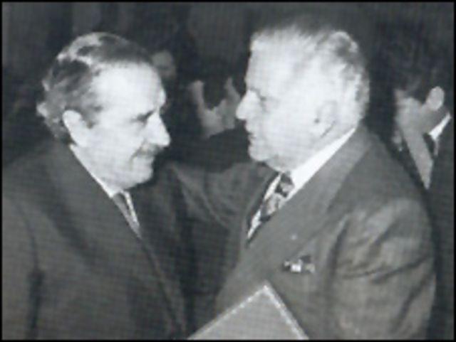 Raúl Alfonsín (izq) y Antonio Cafiero (der.), imagen cortesía de la página de Antonio Cafiero