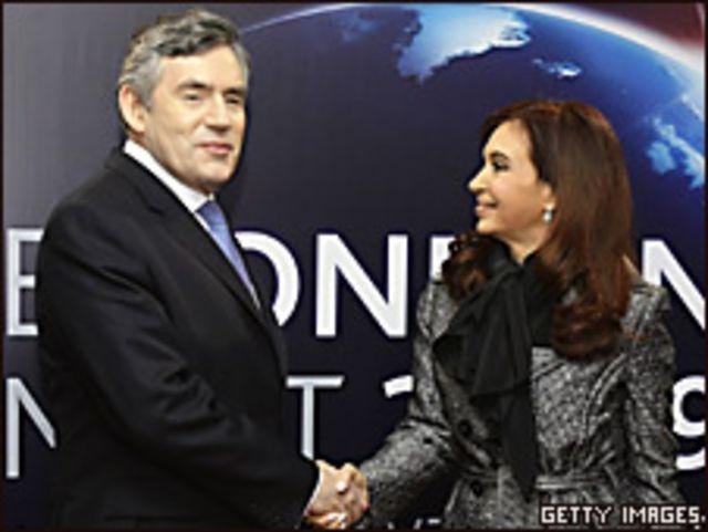 Cristina Fernández (der.) y Gordon Brown