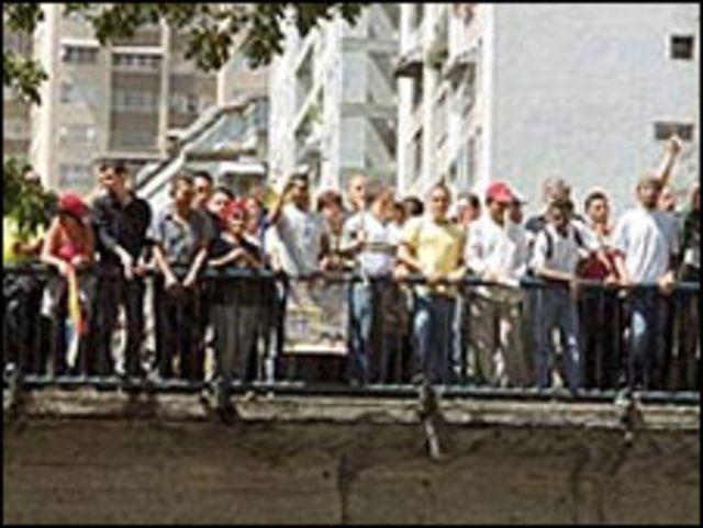Oficialistas en Puente Llaguno en abril de 2002