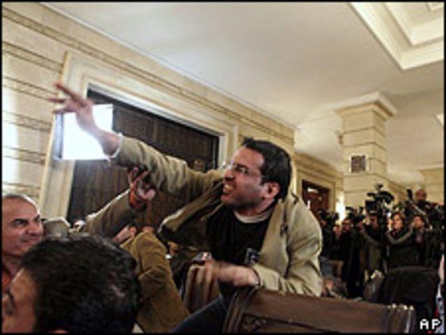 Muntadar al-Zaidi arrojando su zapato a Bush.