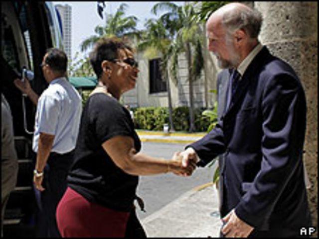 Barbara Lee saluda a Jonathan Farrar, de SINA.