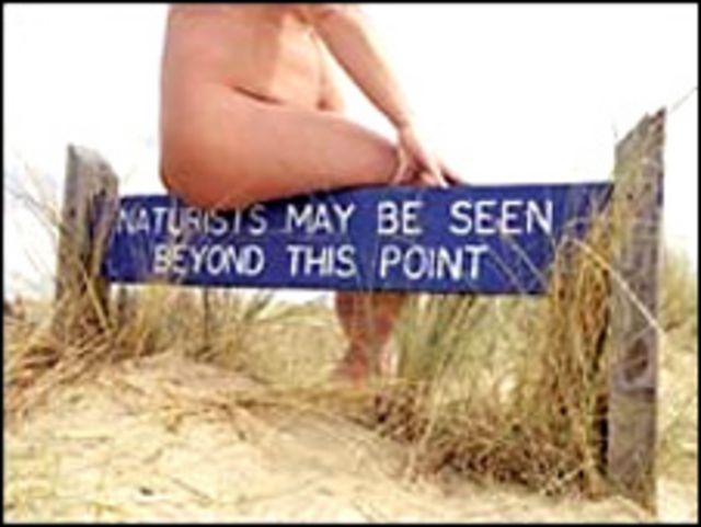 Nudista en una playa