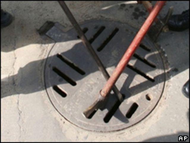 La tapa de una alcantarilla. Foto de archivo: 27/02/09 Bangladesh