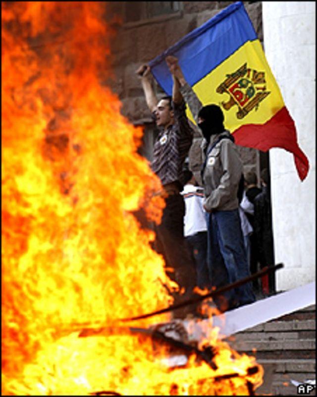 Manifestantes a las afueras del Parlamento de Moldavia, en Chisinau