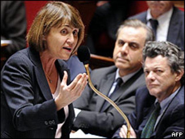 Christine Albanel, ministra de Cultura, debatiendo el proyecto en la Asamblea Nacional.