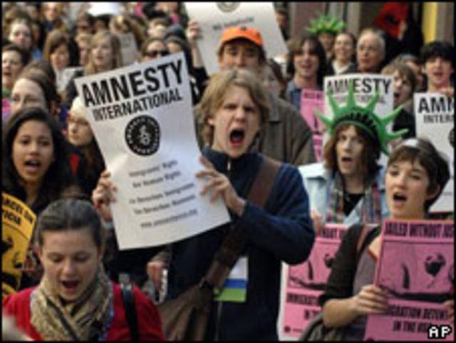 Protesta a favor de los inmigrantes detenidos sin juicio en EE.UU.