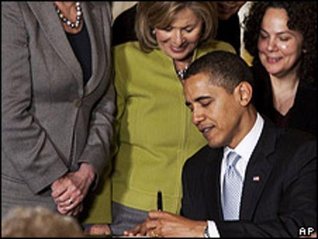 Barack Obama y Cecilia Muñoz (der.)