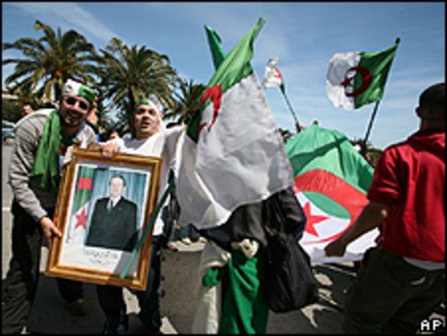 Jóvenes en Argelia que apoyan a Abdelaziz Bouteflika