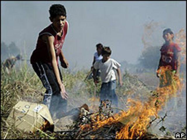Residentes de Chaco quemando pastizales y cajas para combatir el dengue.