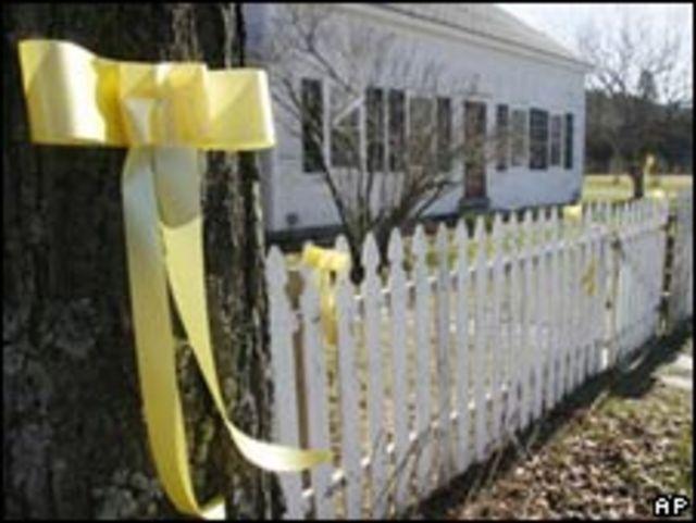 Cintas amarillas frente a la casa del capitán Phillips