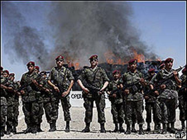 Soldados mexicanos durante la quema de droga incautada(Foto: Archivo)