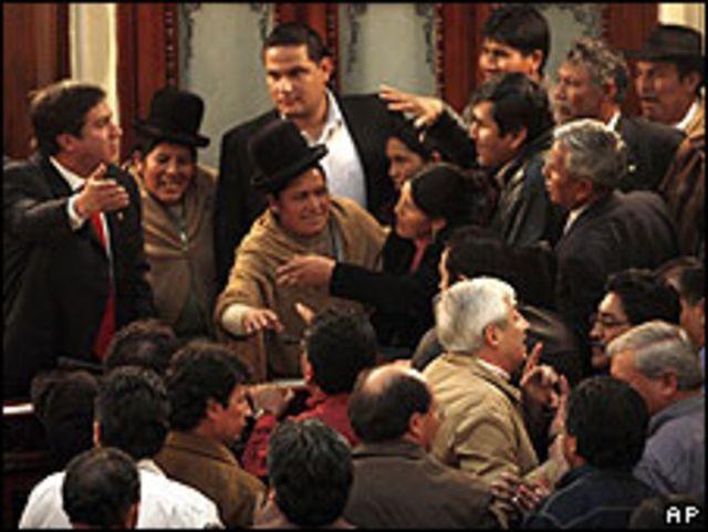 Ánimos exaltados en el Congreso de Bolvia durante negociaciones