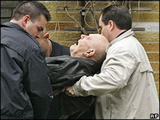 Demjanjuk  mientras es sacado de su casa para ser deportado