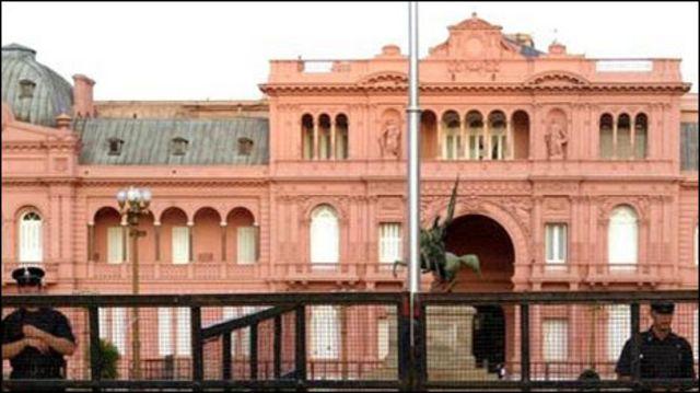 Marcha frente a la Casa de Gobierno (foto archivo 2002)
