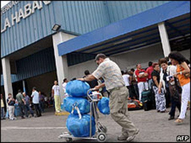 Cubanos residentes en Estados Unidos llegan a la Habana.